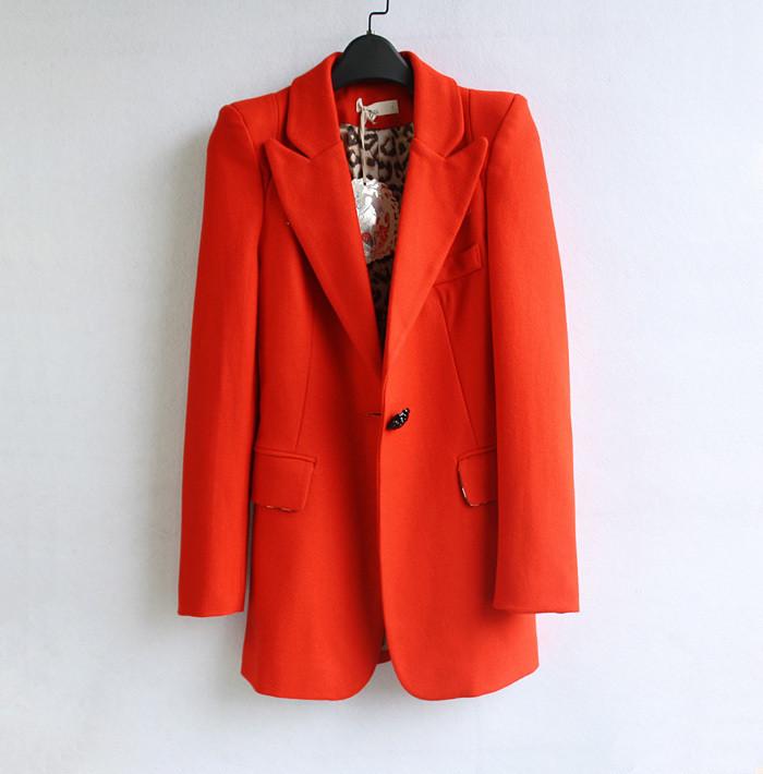 中长款西装橘红色搭配