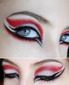 用两种或两种以上颜色的眼影勾勒出假的双眼皮效果