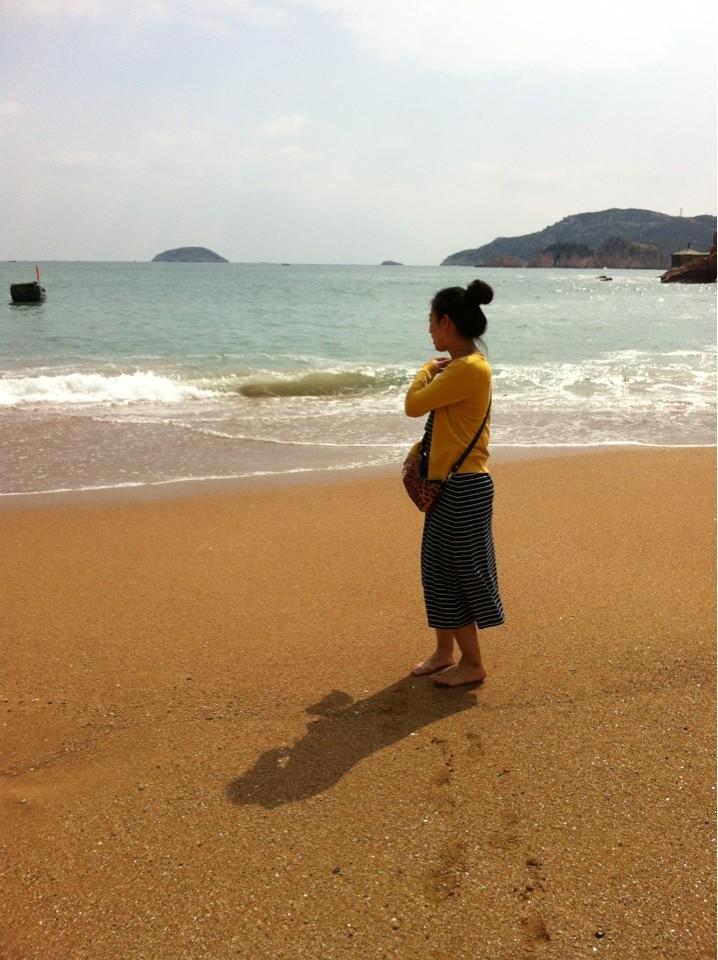 秋天的海边,夏天的长裙加针织衫就可以