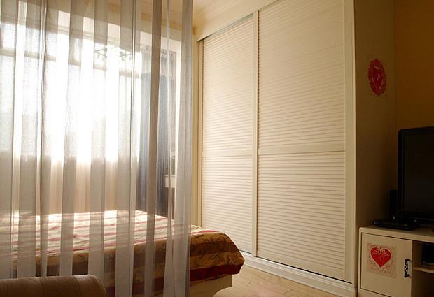 家装修效果图 窗帘巧隔断客厅和卧室 21平宜家超级迷你居