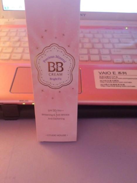 爱丽小屋的BB霜 质地比较滋润,很容易推开 我皮肤是比较白的,用图片