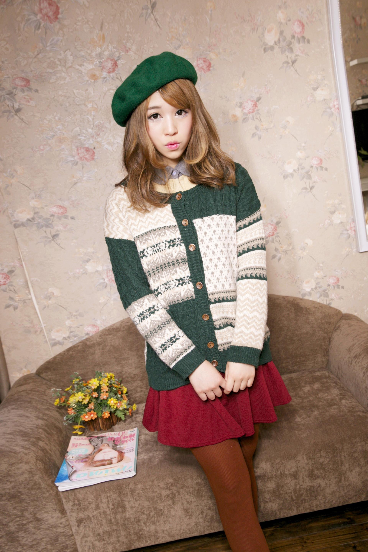 森女风墨绿色毛线外套搭配酒红色