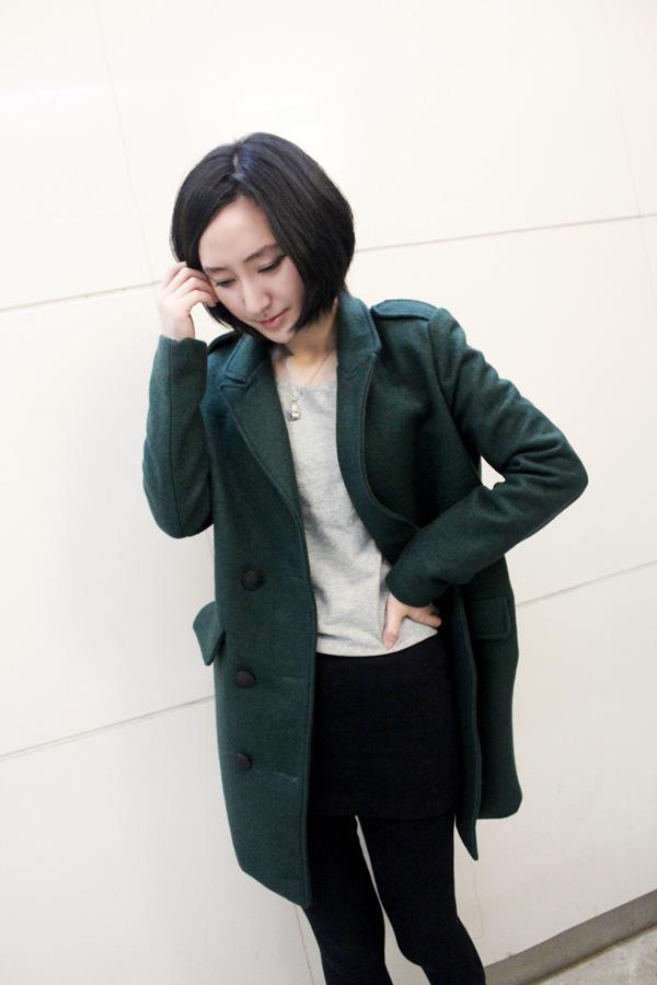 墨绿色尼大衣搭配浅灰色的打底衫
