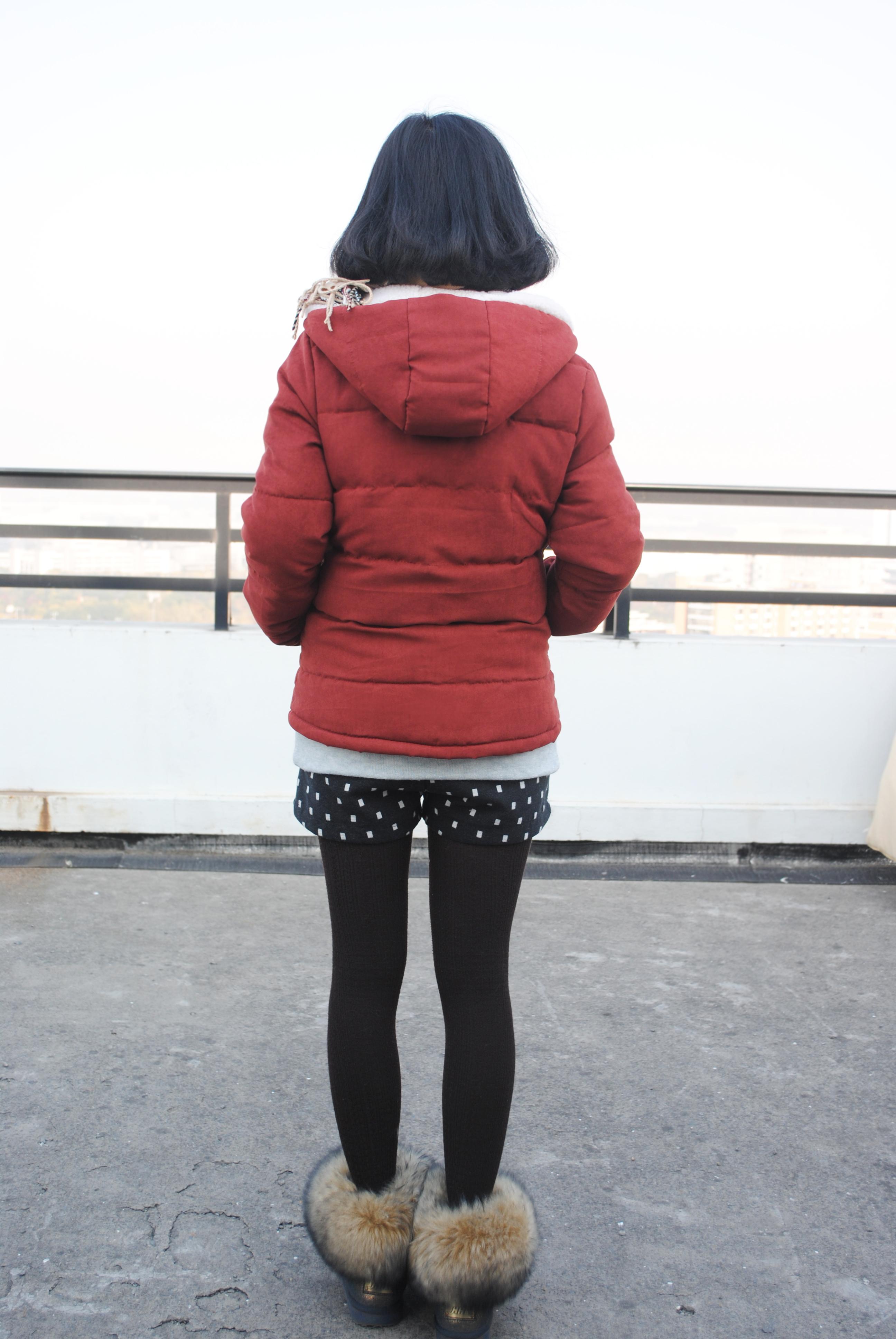 暗红色短外套+浅青绿色卫衣