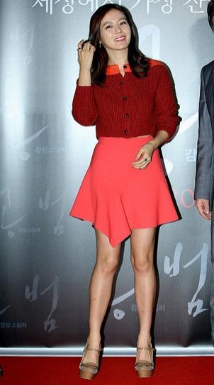 孙艺珍身着红色露脐毛衣搭配橘色