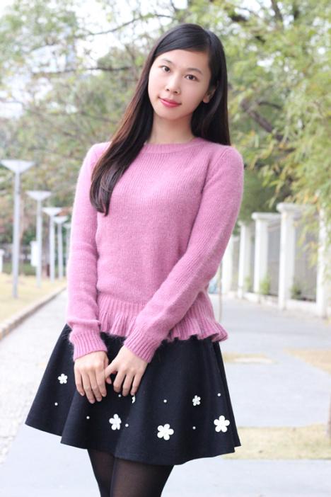 香芋紫毛衣搭配立体花朵小短裙
