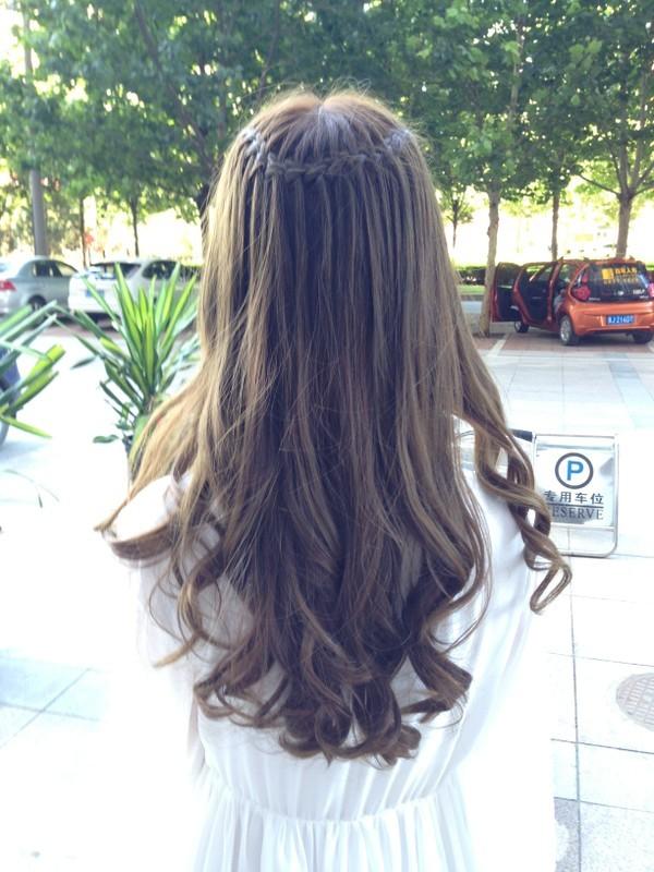 可爱又显气质的编发发型是很多妹纸闲暇时喜欢尝试的发型,一款好看的