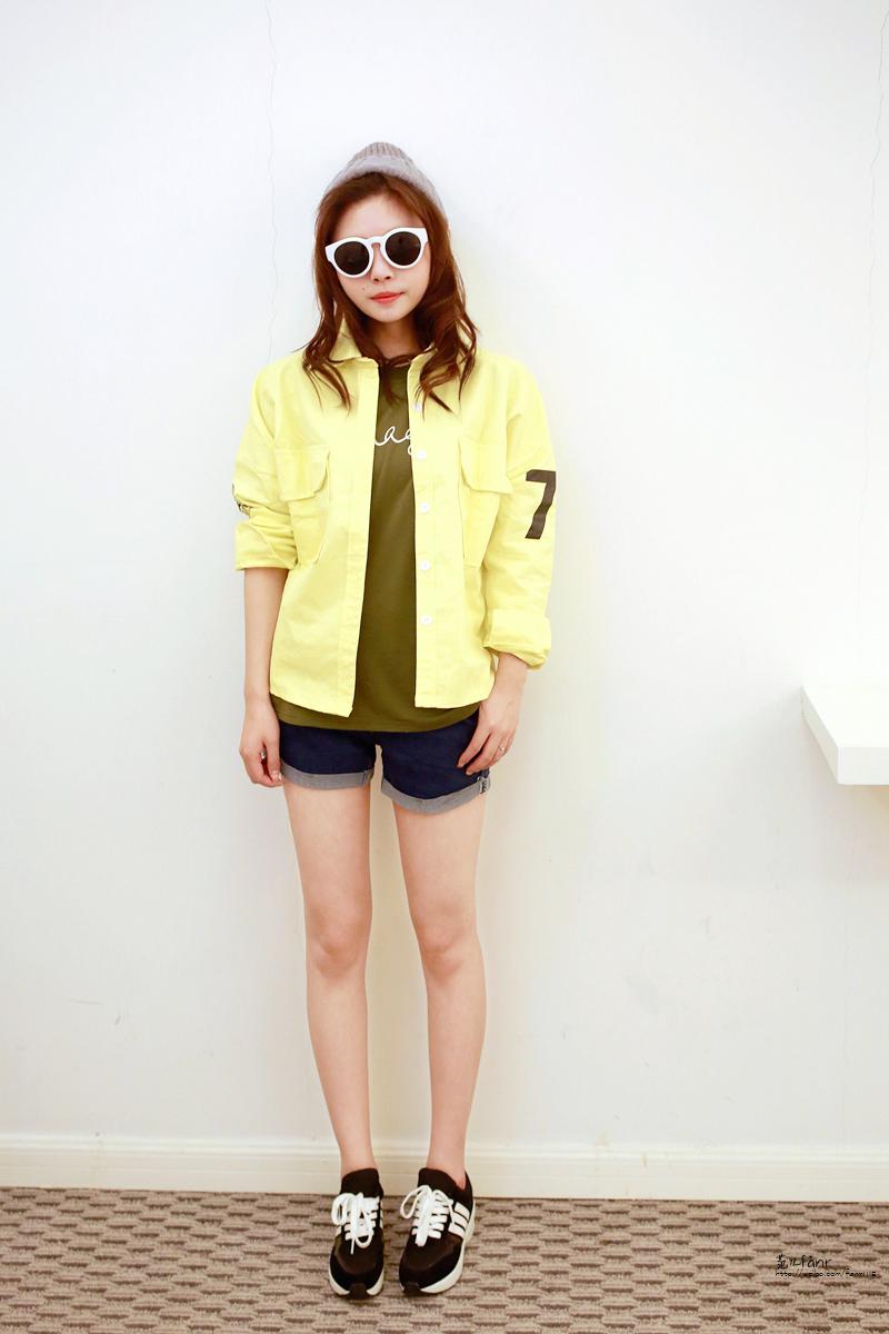 荧光黄外套搭配黑色运动鞋