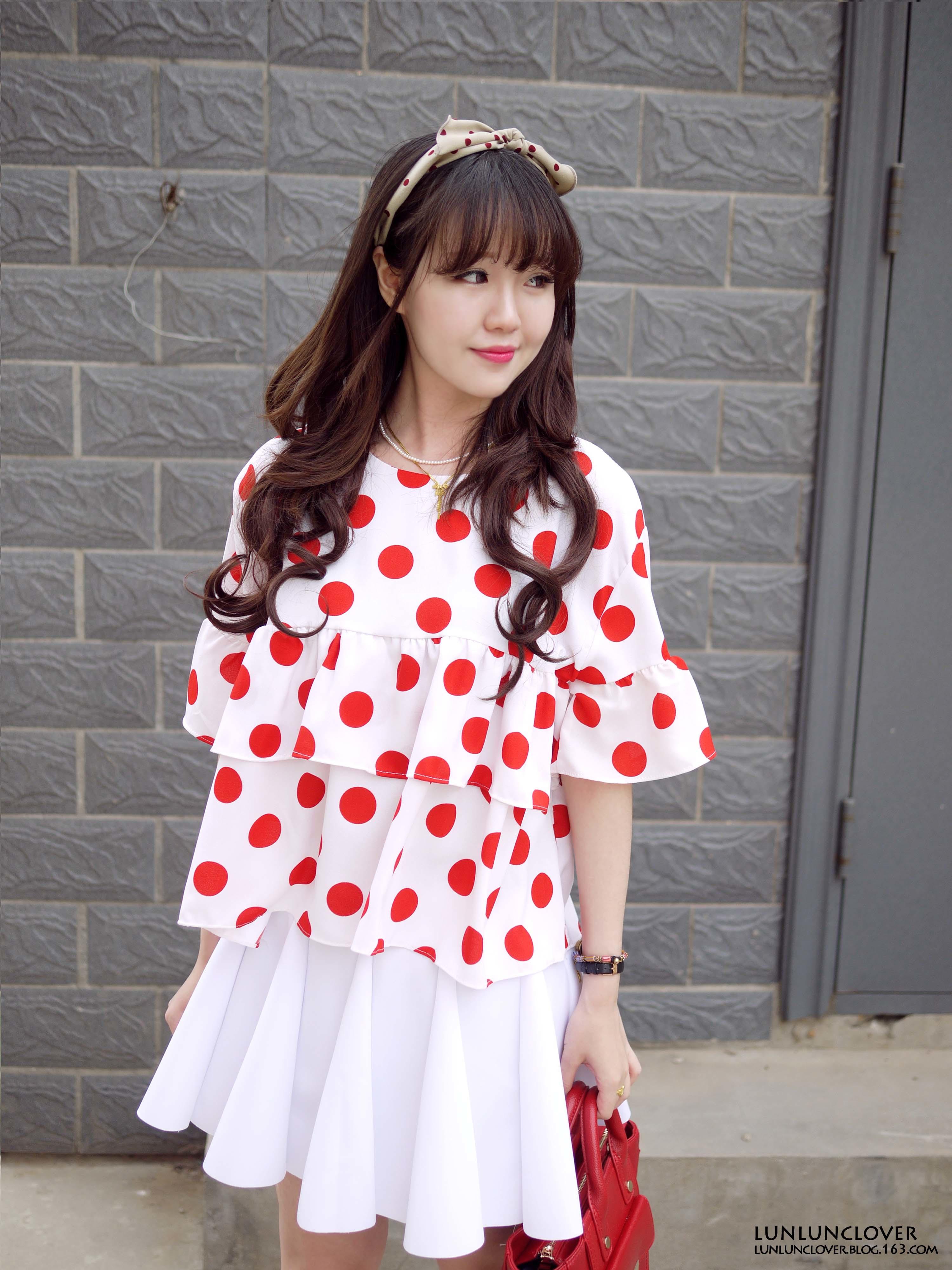 白红搭,超级显得皮肤白哦~点点上衣很可爱,裙子的版型
