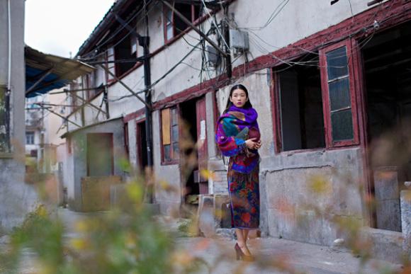 冬天穿旗袍,搭配一条羊绒围巾是保暖利器