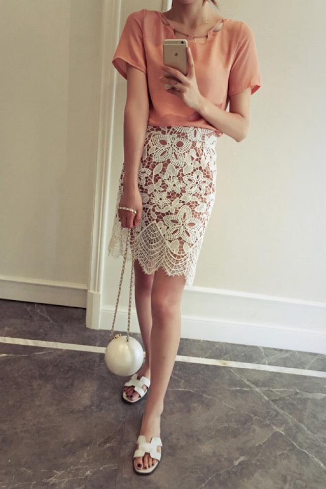 搭配时尚镂空花纹的半身裙     是街头一道亮丽的风景,不管逛街约会