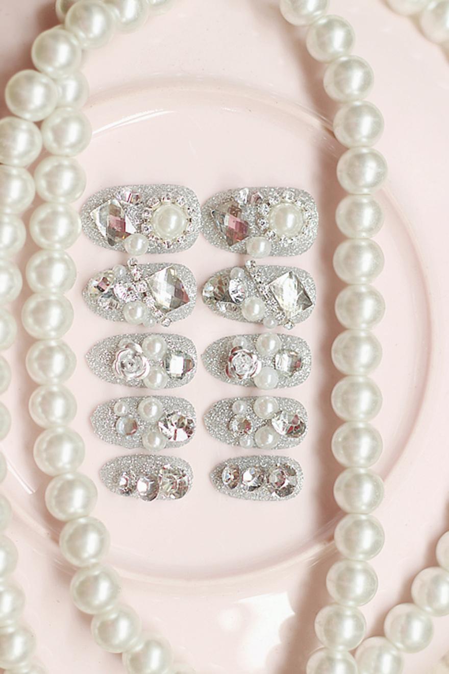 闪粉珍珠银色美甲整体款式图片